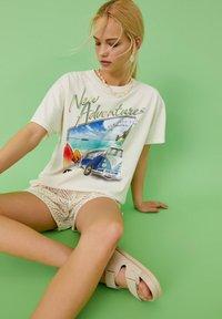 PULL&BEAR - VOLKSWAGEN BULLI - T-shirt con stampa - white - 5