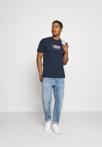 Tommy Jeans - TIMELESS BOX TEE UNISEX - T-shirt med print - twilight navy - 3