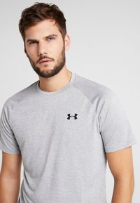 Under Armour - HEATGEAR TECH  - T-shirt med print - steel light heather/black - 4