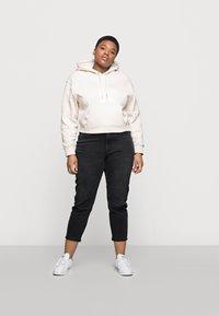 Calvin Klein Jeans Plus - ECO - Mikina skapucí - off-white - 1