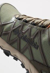 Columbia - PEAKFREAK X2 MID OUTDRY - Hiking shoes - hiker green/cedar - 5
