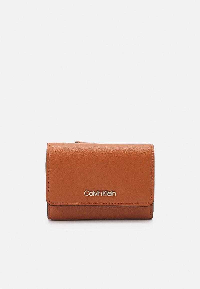 Calvin Klein - TRIFOLD - Wallet - cognac