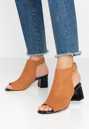 SHIMMER BUCKLE - Sandals - tan