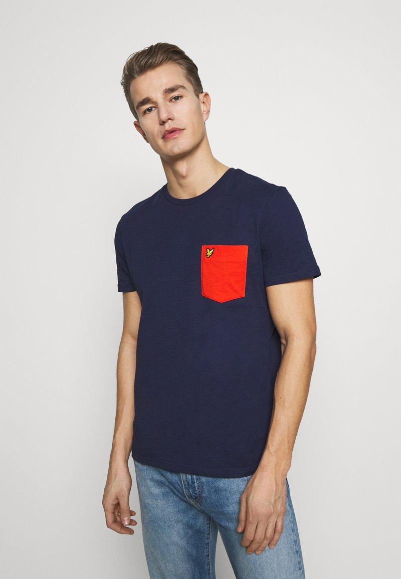 Lyle & Scott - CONTRAST POCKET - Print T-shirt - navy/burnt orange