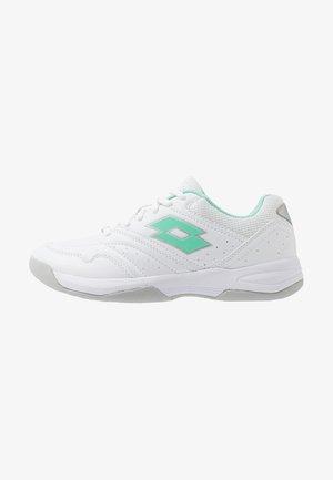 COURT LOGO XVIII - Tenisové boty na všechny povrchy - all white/green cabbage