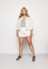 Missguided Plus - EXTREME RIP - Denim shorts - white - 1