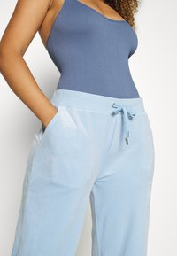 Juicy Couture - NUMERAL TRACK PANTS - Joggebukse - powder blue - 5
