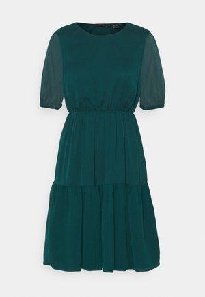VMKEMILLA DRESS PETITE - Day dress - sea moss