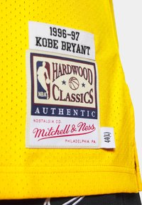 Mitchell & Ness - NBA KOBE BRYANT LA LAKERS 96-97 SWINGMAN - Club wear - light gold - 5