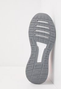 adidas Performance - RUNFALCON - Obuwie do biegania treningowe - grey/signal coral - 4