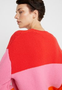 CHINTI & PARKER - GIANT CABLE SWEATER - Neule - bright red/peony/true orange - 6