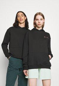 Mennace - ESSENTIAL REGULAR HOODIE UNISEX - Sweatshirt - black - 0