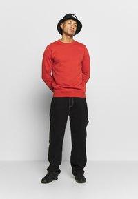 Urban Classics - BASIC CREW - Sweatshirt - burnedred - 1