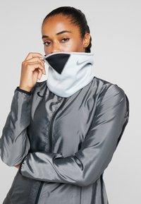 Nike Performance - THERMA SPHERE ADJUSTABLE NECK  - Szalik komin - wolf grey/black/anthracite/metallic cool grey - 3