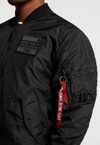 Alpha Industries - REVERSIBLE TEDDY - Bomberjacks - black - 9