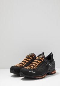 Salewa - MS MTN TRAINER 2 GTX - Obuwie hikingowe - black/carrot - 2