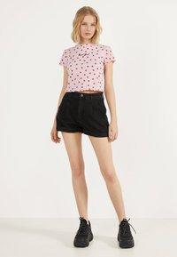 Bershka - MIT TEXTUR UND PRINT - T-Shirt print - pink - 1