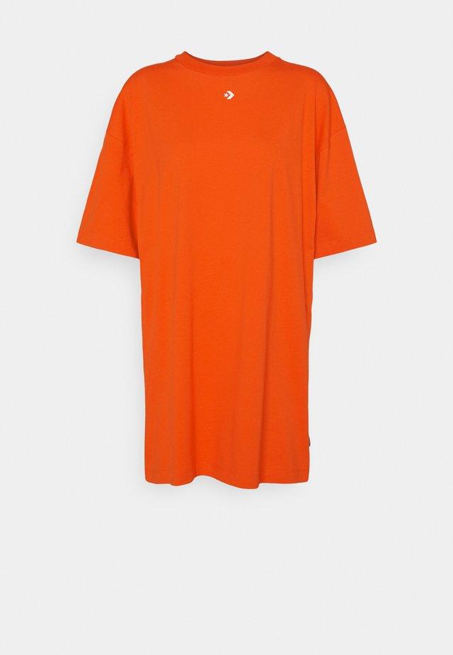 OVERSIZED TEE DRESS - Sukienka z dżerseju - bright poppy