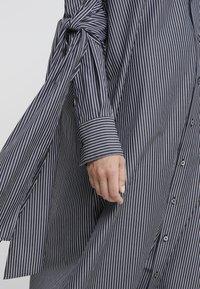 MM6 Maison Margiela - Maxi šaty - black/white - 7