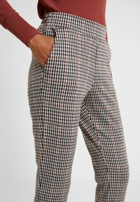 b.young - BYRYDRA PANTS - Trousers - chocolate/brown combi - 4