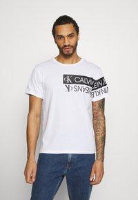 Calvin Klein Jeans - MIRROR LOGO SEASONAL TEE - T-shirt con stampa - bright white - 0