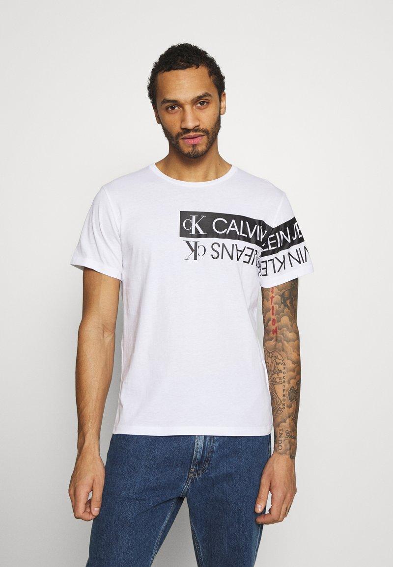 Calvin Klein Jeans - MIRROR LOGO SEASONAL TEE - T-shirt con stampa - bright white