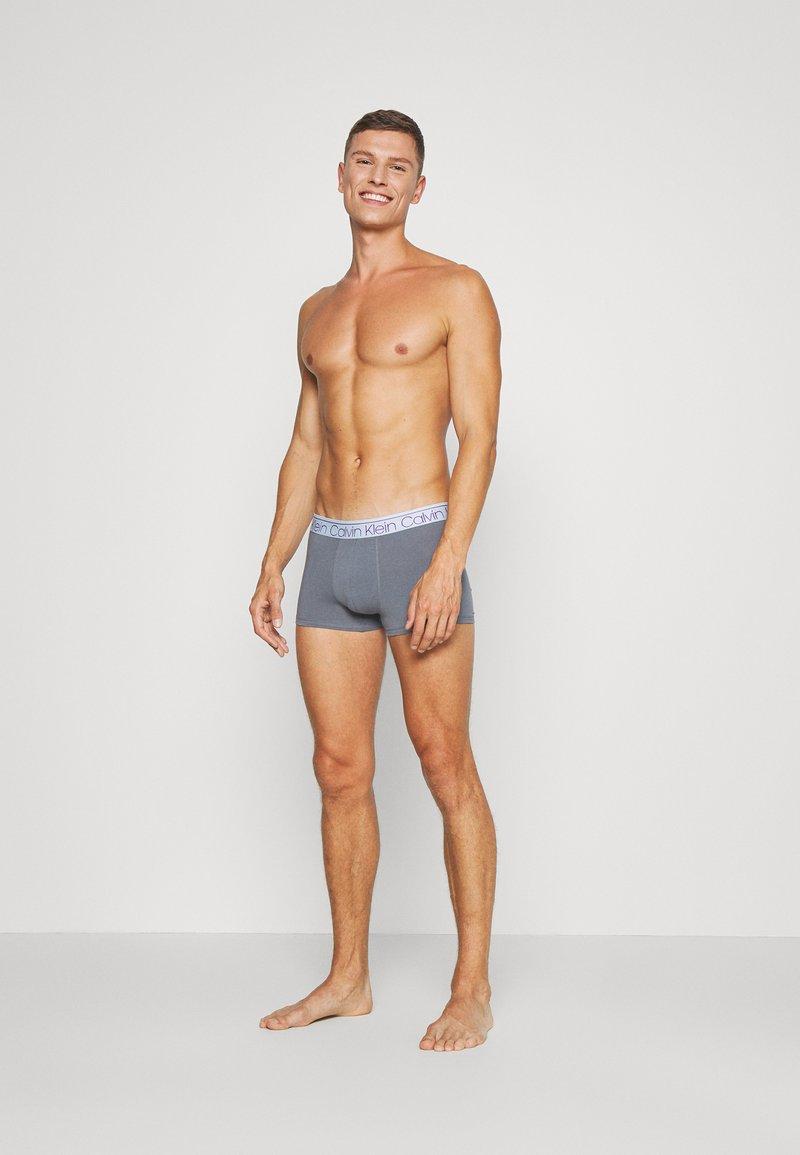 Calvin Klein Underwear - TRUNK 3 PACK - Pants - cinde/light grey heather/lost blue