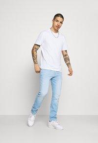 Wrangler - LARSTON - Jeans Skinny Fit - hot shot - 1
