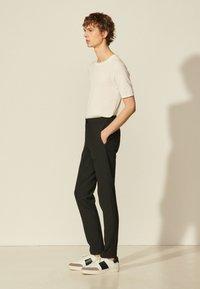sandro - Trousers - noir - 1