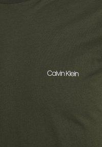 Calvin Klein - CHEST LOGO - T-shirt - bas - dark olive - 5