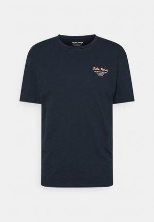 JORHUNGRY TEE CREW NECK - T-shirt z nadrukiem - navy blazer