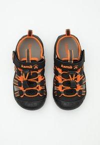 Kamik - CRAB UNISEX - Sandales de randonnée - black/orange/charcoal - 3