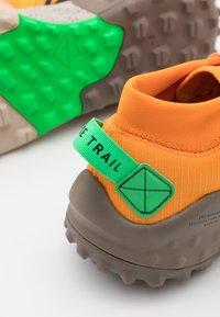 Nike Performance - WILDHORSE 6 - Løbesko trail - kumquat/green spark/atomic pink/black/olive grey/string - 5