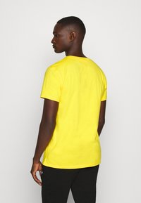 Tommy Jeans - ESSENTIAL SOLID TEE - Basic T-shirt - star fruit yellow - 2