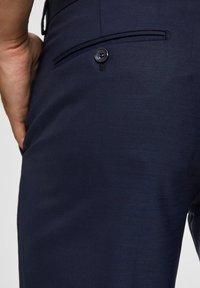Selected Homme - SLIM FIT - Pantaloni eleganti - dark blue - 3