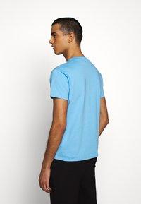 Fiorucci - NEW ANGELS TEE  - Print T-shirt - light blue - 2