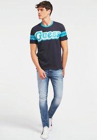 Guess - BARS TEE - Print T-shirt - blau - 1