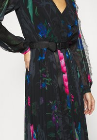 Guess - EKATERINA DRESS - Długa sukienka - botanical flow - 7