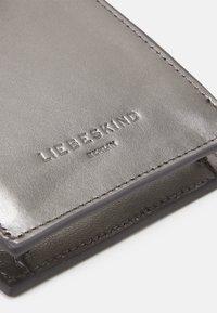 Liebeskind Berlin - MOBILE POUCH - Across body bag - warm metallic grey - 3
