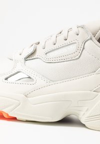 adidas Originals - FALCON TORSION SYSTEM RUNNING-STYLE SHOES - Sneaker low - offwhite/raw white/active purple - 2