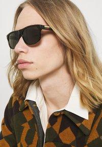 Gucci - Sluneční brýle - havana/green - 1