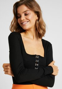 Missguided - HOOK AND EYE SQUARE NECK BODYSUIT - Top s dlouhým rukávem - black - 3