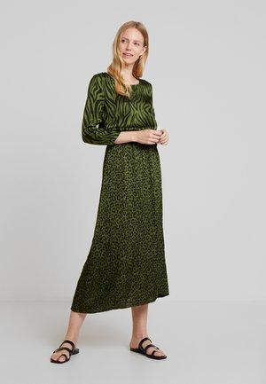METINA - Denní šaty - jungle green