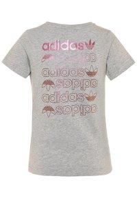adidas Originals - LOGO TEE - T-shirt z nadrukiem - medium grey heather/scarlet - 1