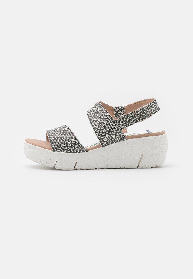 Sandały na platformie - coralus