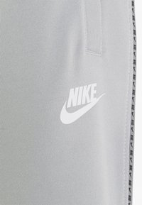 Nike Sportswear - REPEAT - Träningsbyxor - light smoke grey/white - 5