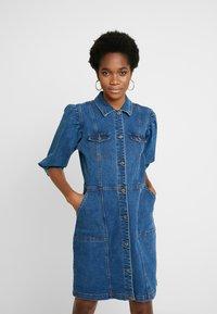 Soft Rebels - SRDEBBIE SHORT DRESS - Robe en jean - everyday mid blue - 0