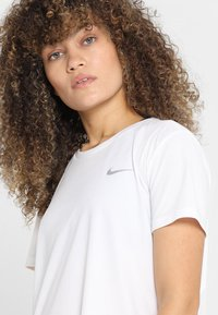 Nike Performance - MILER - T-Shirt print - white - 5