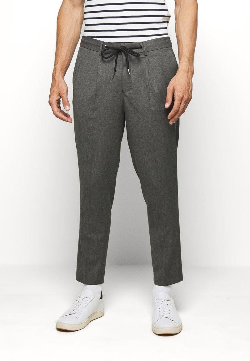 Selected Homme - JAX GREY CROP PANTS - Trousers - grey