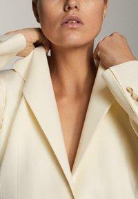 Massimo Dutti - MIT EIN-KNOPF-VERSCHLUSS - Short coat - beige - 2